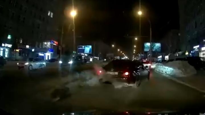 Пешеход переходил проспект Карла Маркса и попал под две машины — аварию снял видеорегистратор