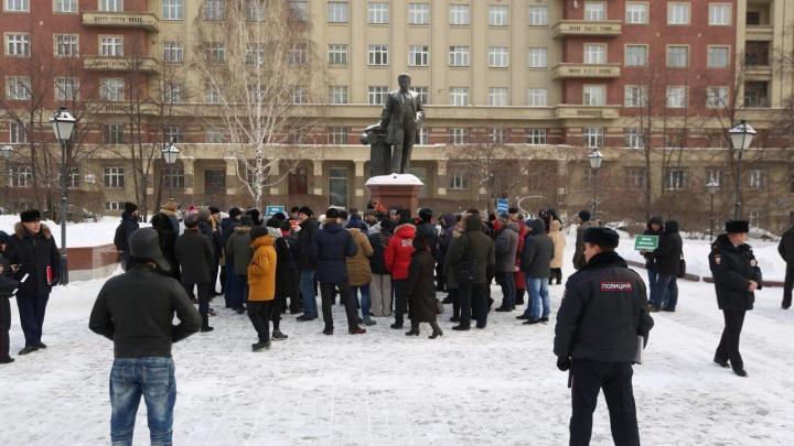 Десятки новосибирцев вышли к областному правительству с требованием не строить платный мост