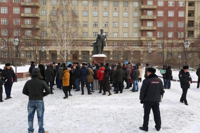На митинг пришли около 60 новосибирцев — за порядком следит полиция