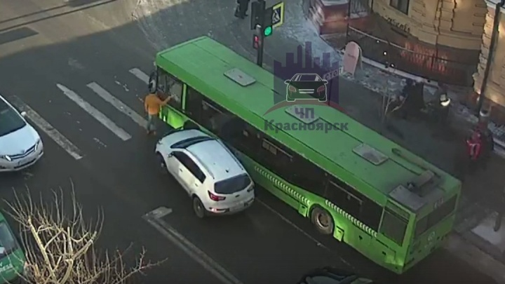 Водитель Sportage после нелепой аварии разбилрукой стекло в автобусе