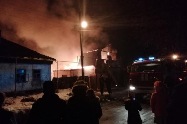 Потушить огонь удалось в 22:50