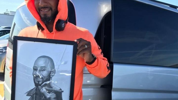 Рэпер Swizz Beatz сфотографировался с портретом, подаренным уфимским художником