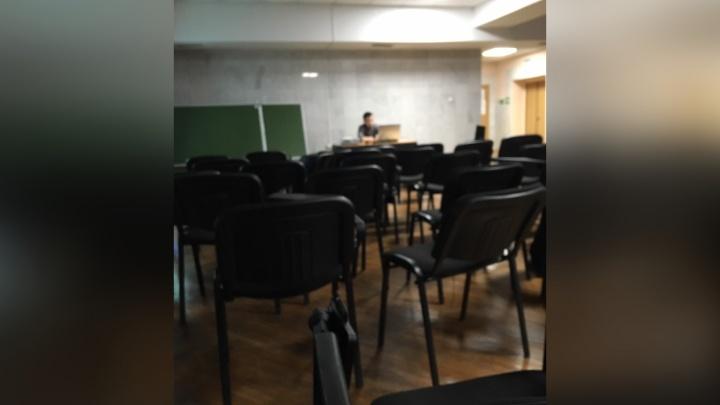 Коридорные лекции: в ЧелГУ из-за ремонта аудитории студентов перевели на альтернативное обучение