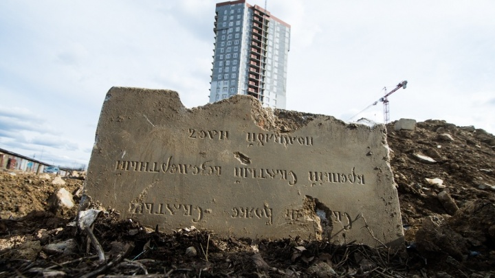 Полусферы, скульптуры, колонны: на стройке жилого комплекса на Блюхера откопали могильные плиты ХIХ века