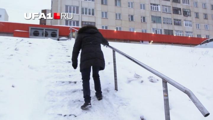 Лестница в травматологию: мучения пешеходов после снегопада в Уфе сняли на видео