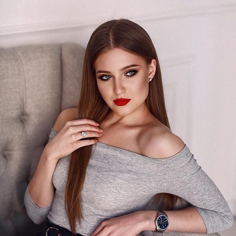 Девушка предпочитает неброский макияж, помогающий подчеркнуть естественную красоту. Но для фотосессии можно сделать исключение