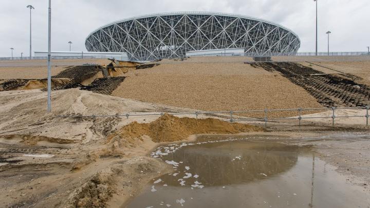 «В городе усиливается дождь»: «Волгоград Арену» окружили песчаные насыпи и глубокие лужи
