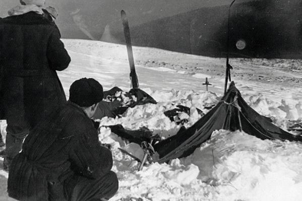 Заснеженная палатка, найденная на месте гибели группы Дятлова