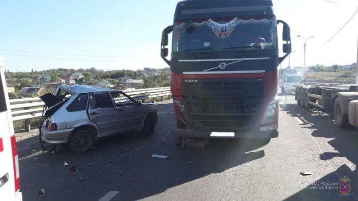 Жуткое стечение обстоятельств: в Волгограде пешехода сбила легковушка, которую протаранила фура