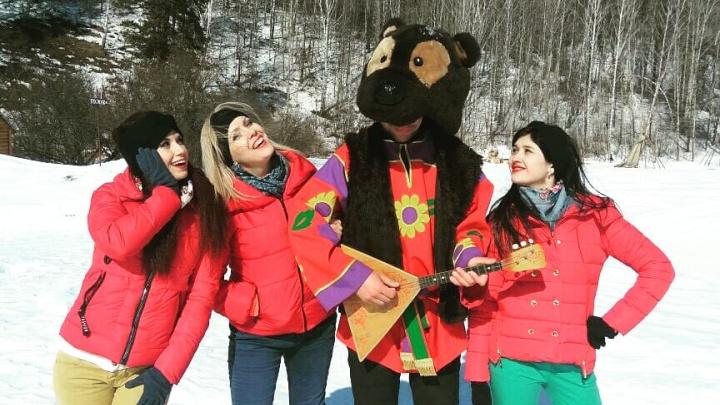 Новосибирские скрипачки с балалайками сняли клип о встрече с рэперомв Новососедово