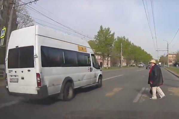 Маршрутчик пролетает перед носом пешехода: в очередной подборке сразу два леденящих душу видео
