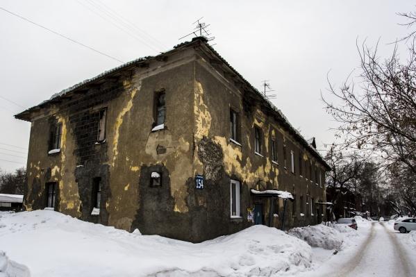 Один из аварийных домов, которые расселят и снесут в ближайшие годы