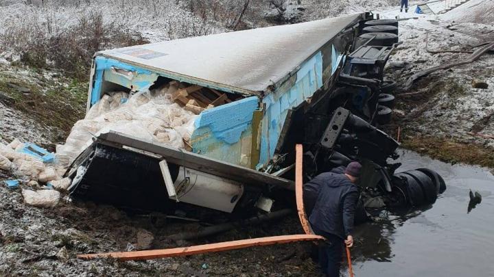 «До сих пор не могут найти водителя»: в Башкирии в реку упала фура с грузом