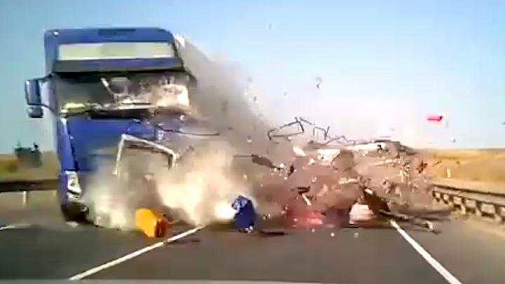 Не успел съехать со встречной полосы: видео момента аварии, в которой погибли пять человек