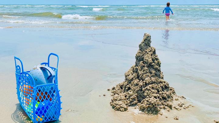 С грудничком на пляж? Не страшно! Топ лайфхаков для путешествий с малышами
