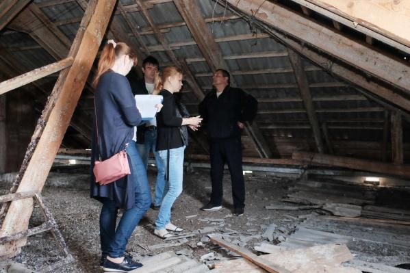 Проблема в том, что ветхие дома еще не имеют статуса аварийных, но ремонтировать их уже нет смысла