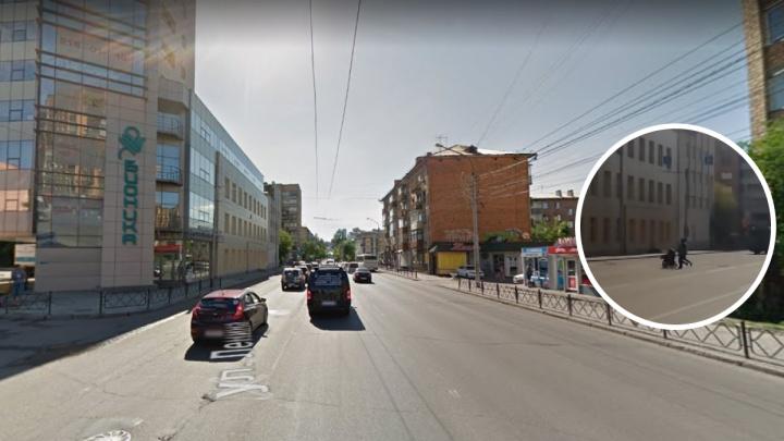 Женщина с ребенком и коляской сломя голову побежала под машину в центре города