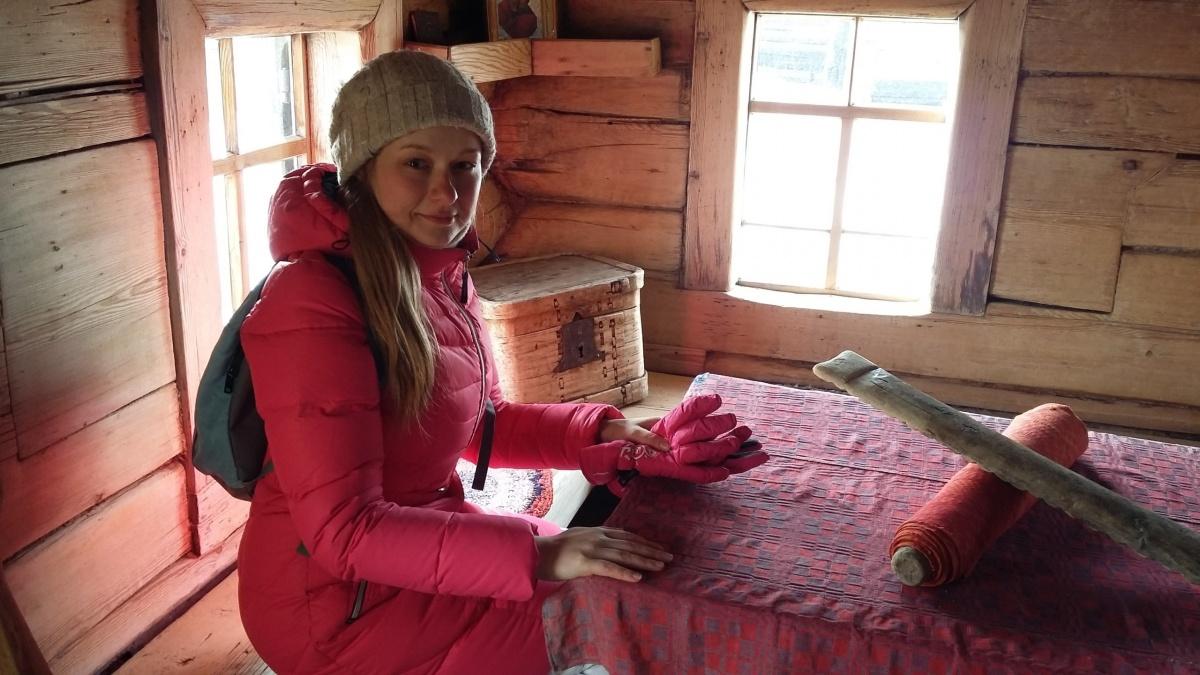 Александра Цыбина рассматривает предметы крестьянского быта прошлого