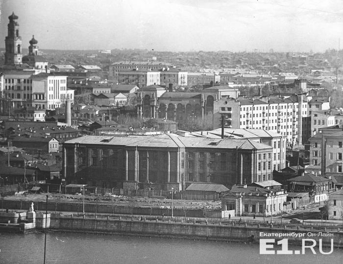На этом снимке здание завода уже есть, а усадеб перед ним нет