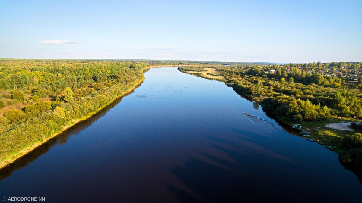 Глубокое синее сентябрьское небо отражается в гладкой воде