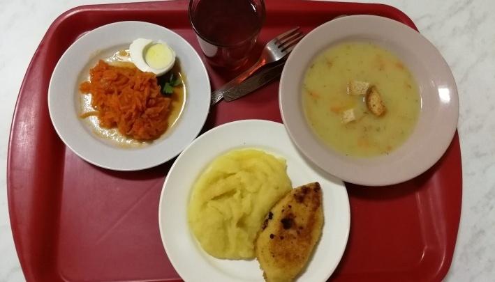 Осматривают столовую и кухню: в Перми следователи выясняют, почему отравились школьники