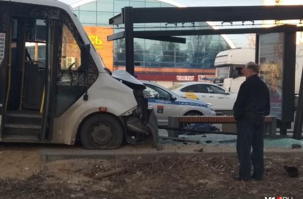 Камеры видеонаблюдения сняли смертельный таран остановки маршруткойв Дзержинском районе Волгограда