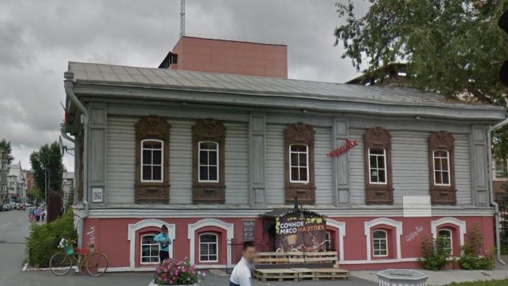 Из-за долгов по аренде гриль-бар «Две лисы» выселяют из исторического здания на Хохрякова