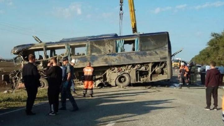 Автобус столкнулся с грузовиком под Ставрополем: пострадали 11 волгоградцев, погиб волжанин — список