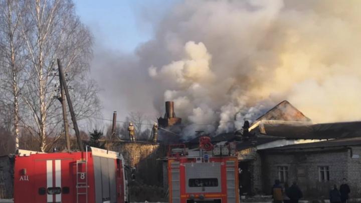 Тушили больше трёх часов: в Рыбинске сгорело здание