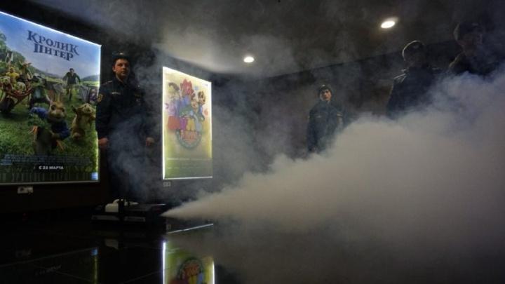 «Аура» в дыму: спасатели вывели толпу покупателей из ТЦ