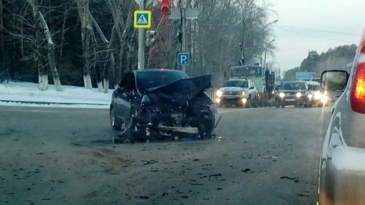 Снёс всю переднюю часть: авария с КамАЗом и легковушкой на Репина попала на видео