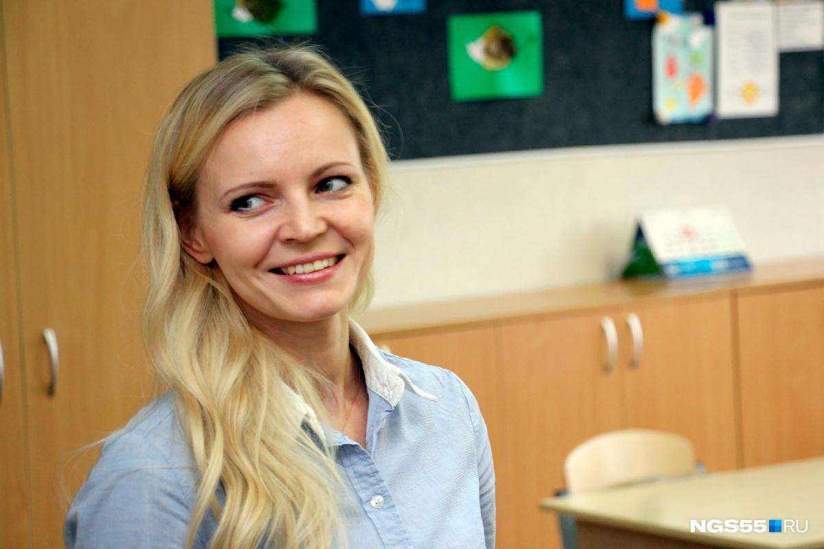 Учительница под столом в младших классах видео