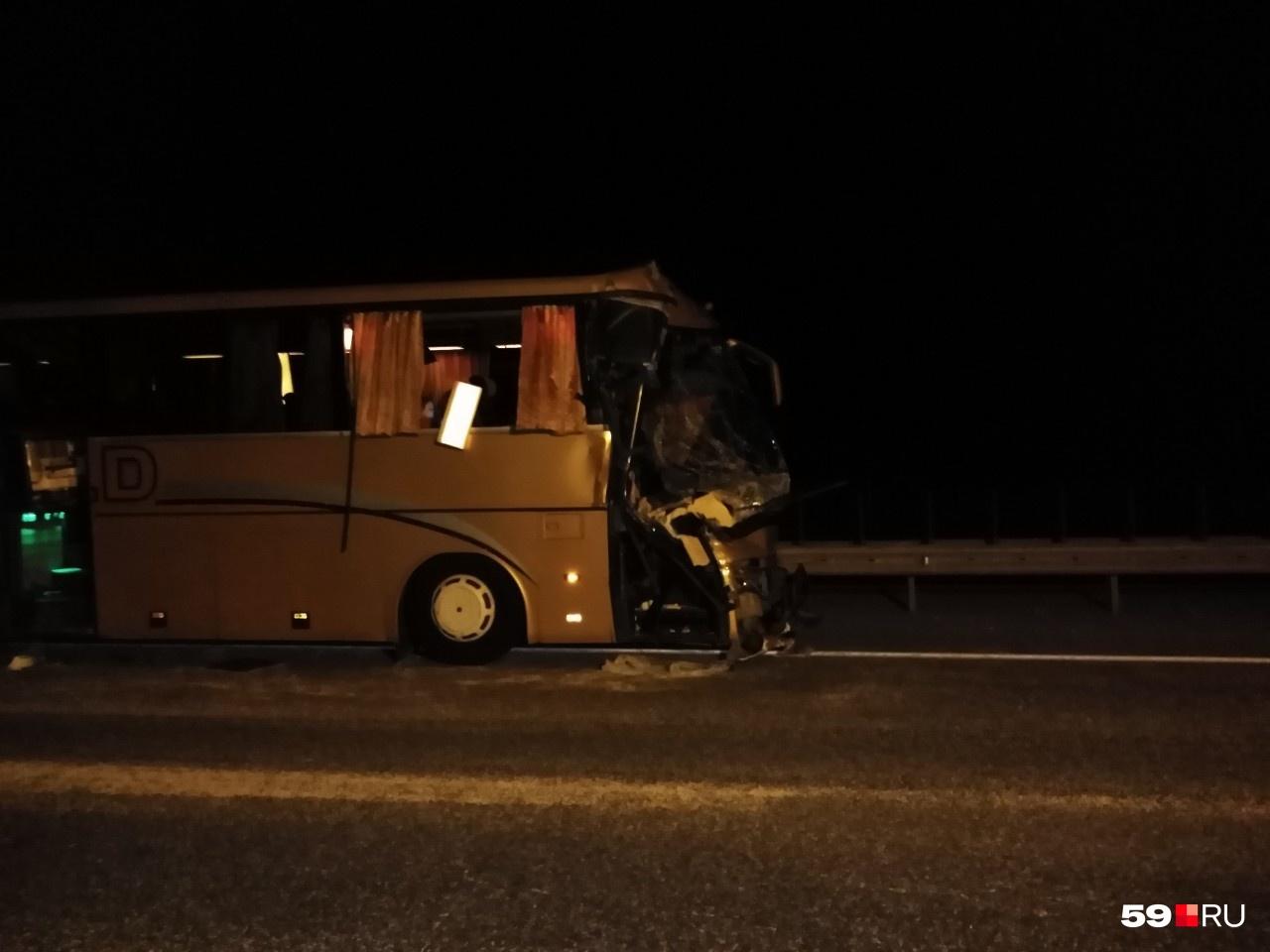 От удара пострадала передняя часть автобуса