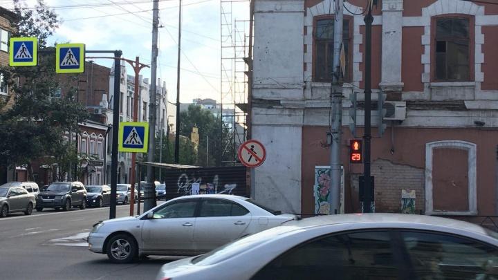 На перекрестке Вейнбаума и Мира поставили новый светофор для пешеходов. Теперь их четыре