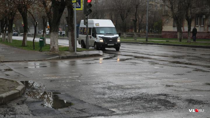 «В последний раз ремонтировали при Ельцине»: в Волгограде под дождем залатали убитую дорогу