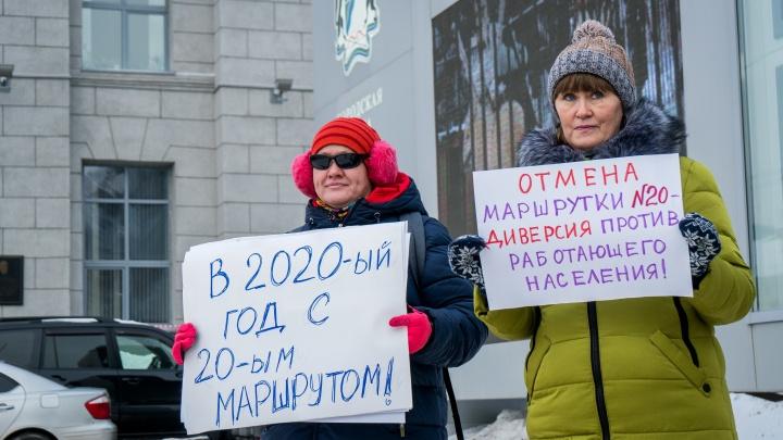 Новосибирцы вышли на пикет с требованием вернуть популярную маршрутку до «МЕГИ»