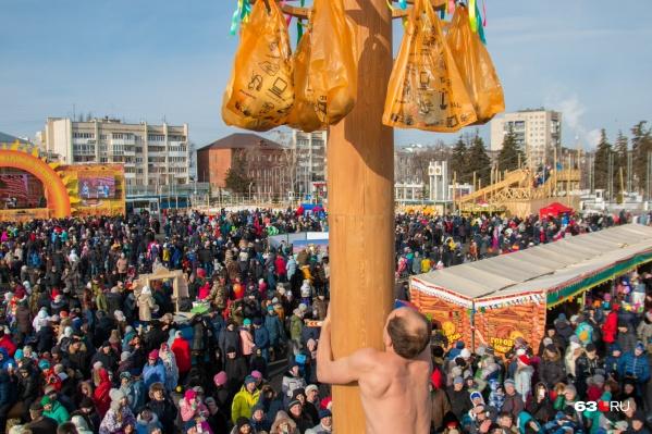 Покорение столба, поедание блинов и концерт Сенчуковой и Рыбина — вот далеко не полный список развлечений на Масленицу
