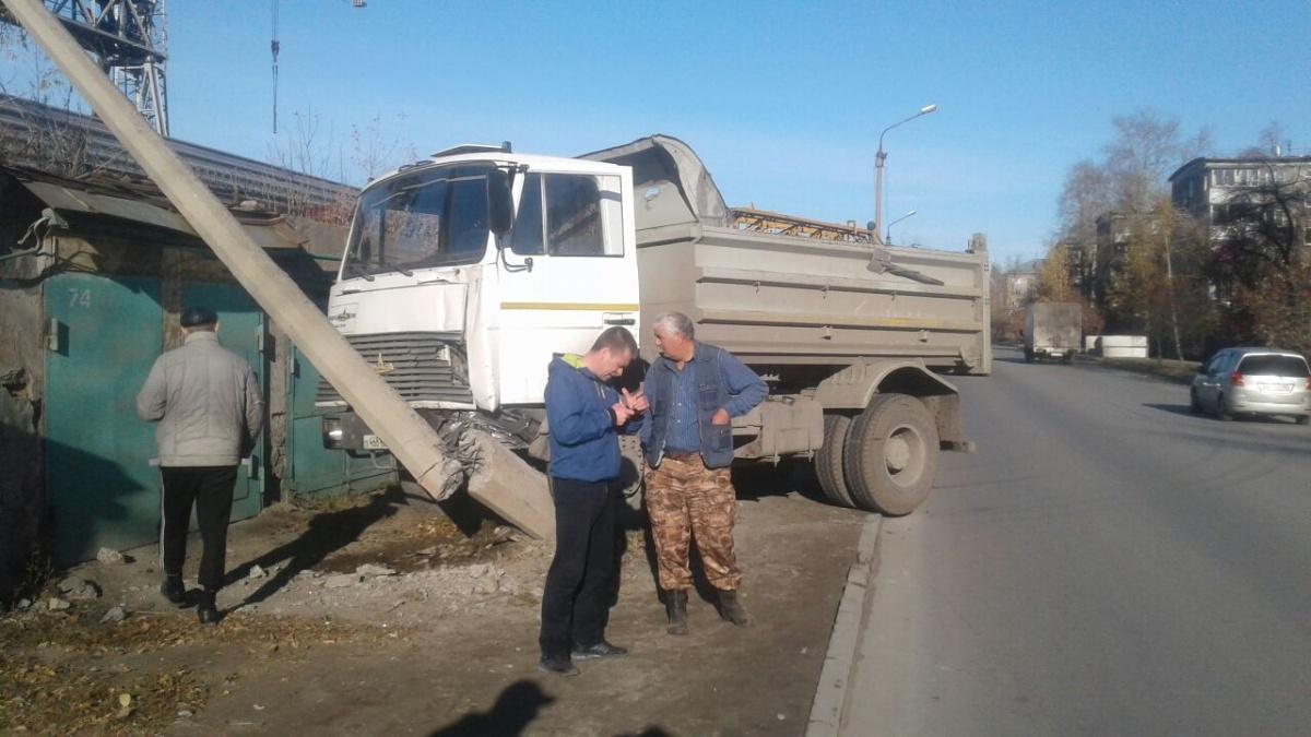 Чтобы остановить свой грузовик, водителю пришлось сломать столб