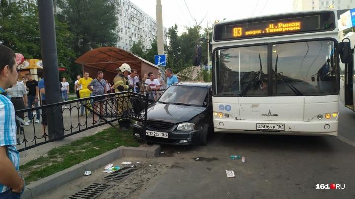 «Женщине оторвало ногу»: автобус и легковой автомобиль столкнулись в Ростове