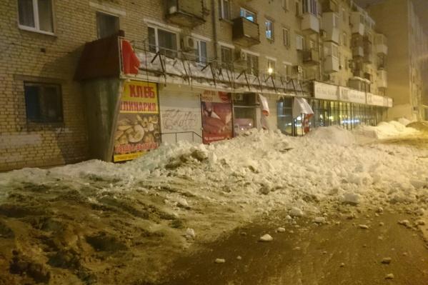 Снег упал на кровлю поздно вечером