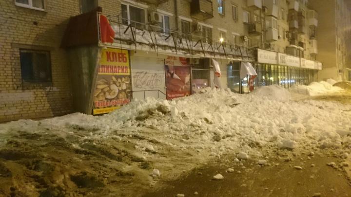 Снежная лавина разрушила крышу магазина на Пролетарской
