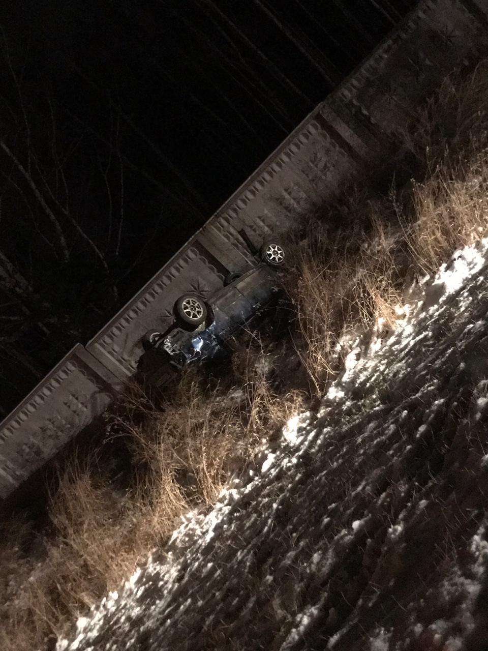 Машина слетела в кювет, ударилась о столб и несколько раз перевернулась