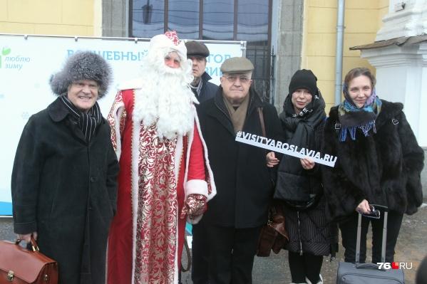 Почётных гостей встретил Дед Мороз