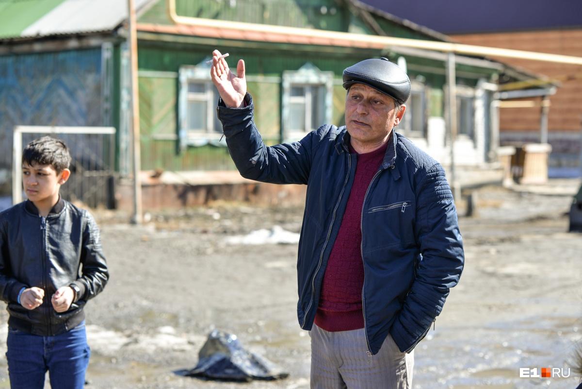 Михаил уверяет, что жильцы улицы Шекспира ни разу не получали помощи от властей