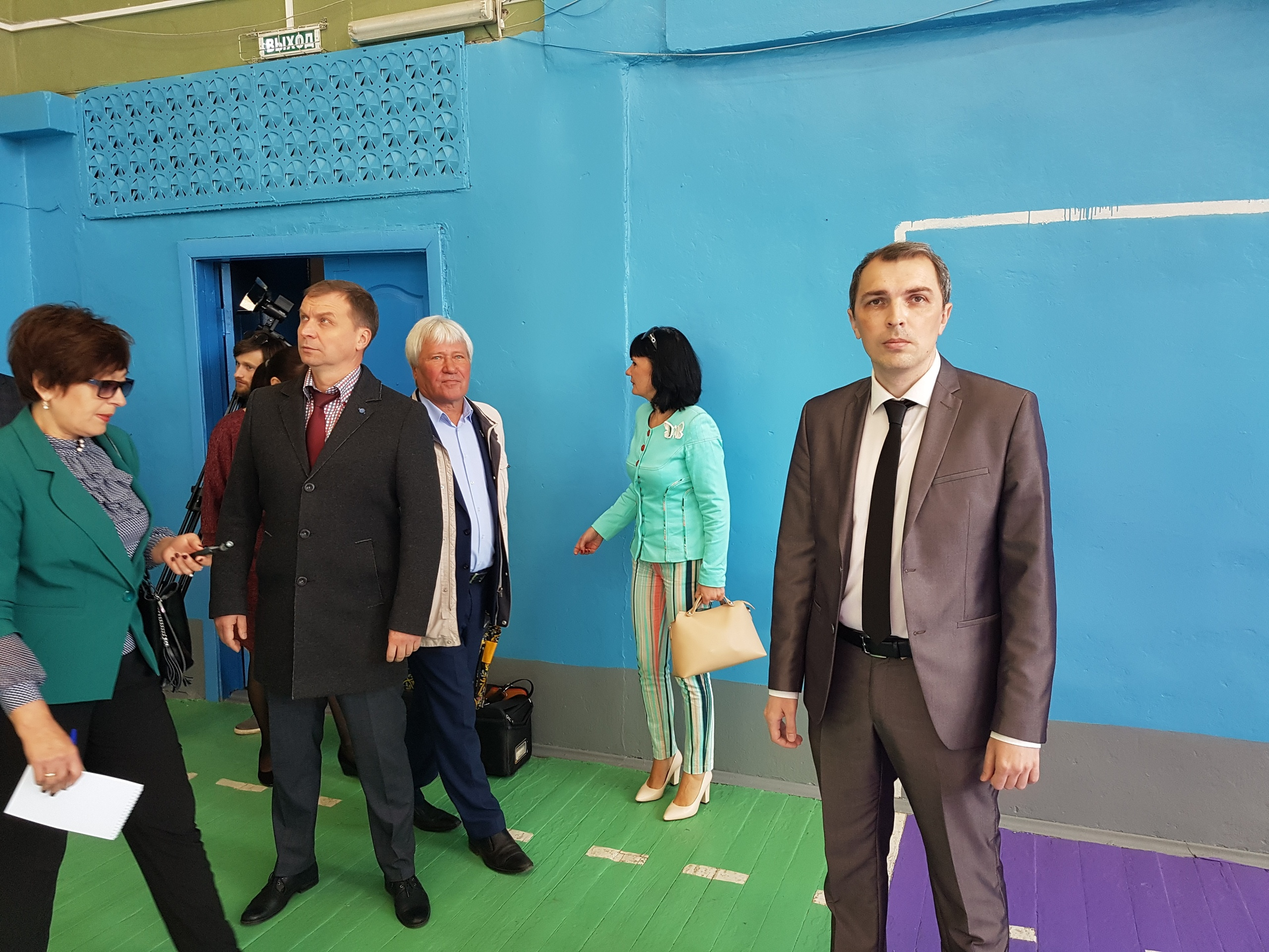 Директор Александр Сечко (справа) показал отремонтированный спортзал, в котором предстоит заменить окна, чтобы сохранять тепло
