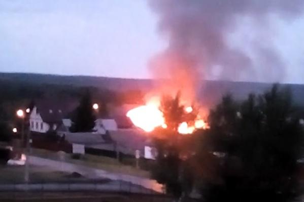 Огонь охватил 250 квадратных метров надворных построек