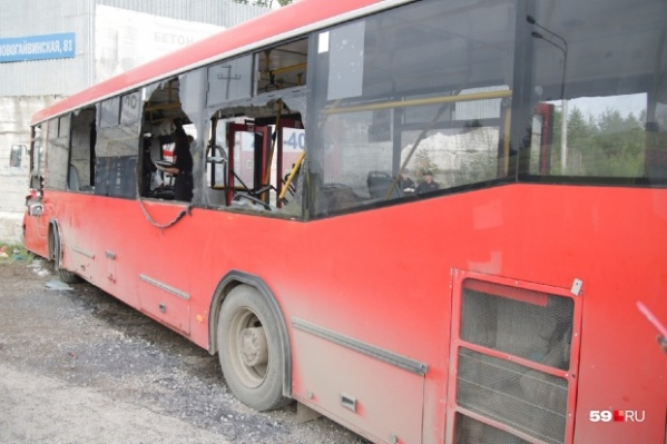 От удара салон автобуса сильно пострадал
