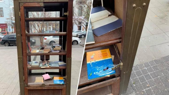 Стёкла книжного шкафа на Мира разбило ураганным ветром: прохожий забрал и оставшиеся куски. Видео