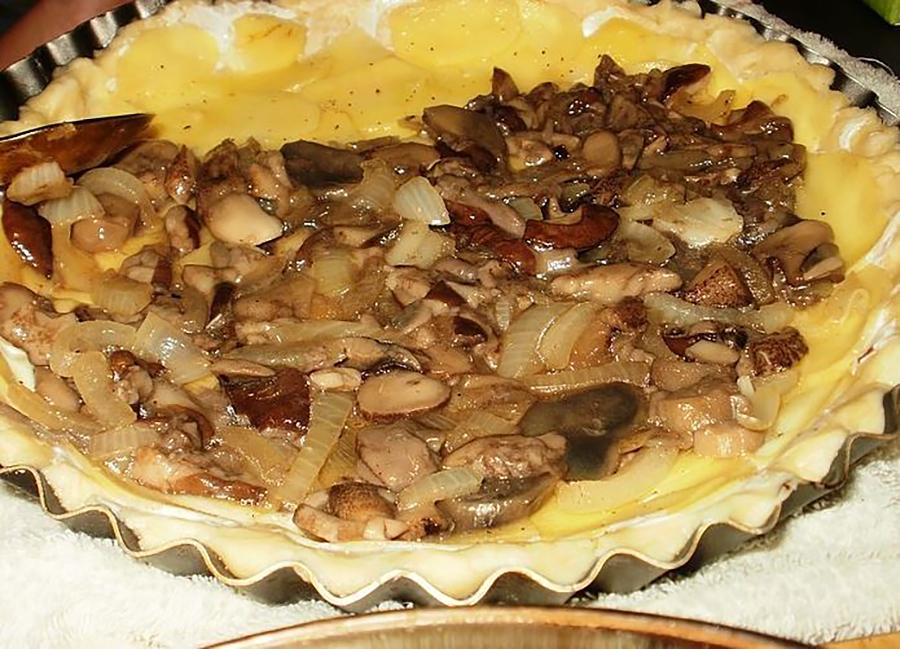 Пирог перед тем, как покрыться сыром и отправиться в духовку