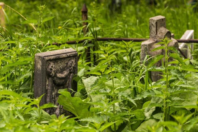 На Клещихинском кладбище всегда хоронили самоубийц и неизвестных покойников — здесь перезахоронили и останки тех, кто был погребён под нынешним стадионом «Спартак»